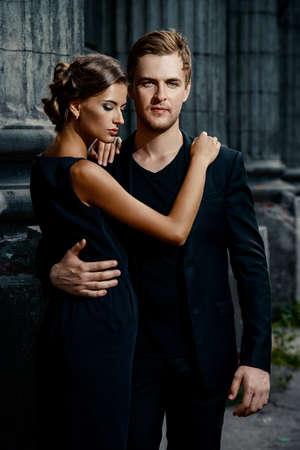 anochecer: Foto de estilo de moda de una pareja hermosa sobre fondo de la ciudad.