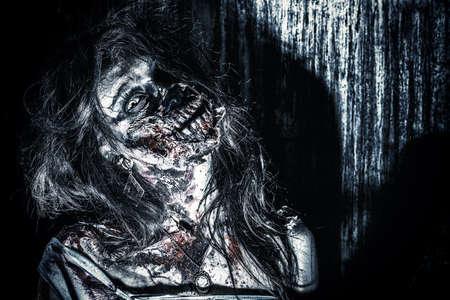 wilkołak: Close-up portret straszny krwawy zombie dziewczyna. Horror. Halloween.