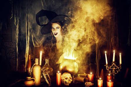 sombrero de mago: Bruja atractiva evoca en la guarida de los magos. Cuentos de hadas. Halloween.