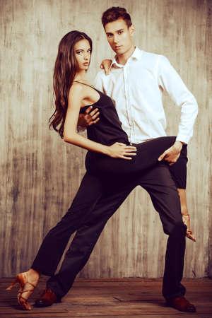 parejas romanticas: Hermosa joven pareja en el amor bailando tango con pasión. Los bailarines profesionales. Bailarines del Latino.