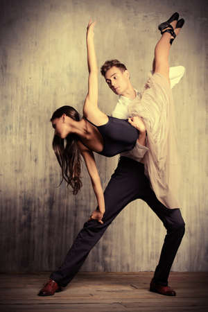 bailarin hombre: Hermosa pareja de bailarines de ballet bailando sobre el fondo del grunge. Belleza, la moda.