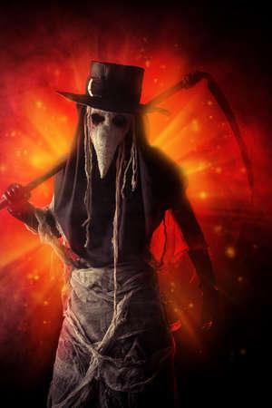 the scythe: Retrato de un doctor de la plaga horrible con una guada�a Foto de archivo