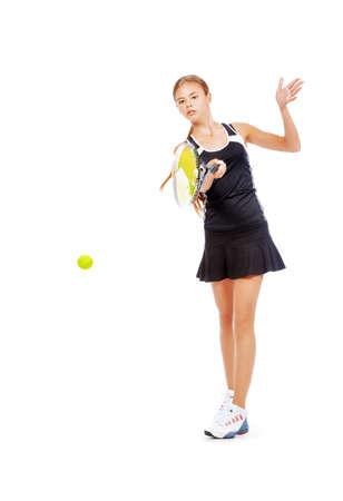 jugando tenis: Retrato de cuerpo entero de un jugador de tenis chica en movimiento. Estudio de disparo. Aislado en blanco. Foto de archivo