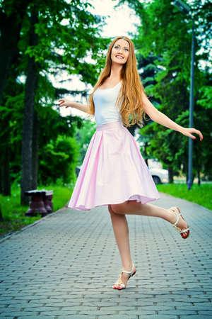 mujer alegre: Feliz hermosa mujer joven en ropa ligera de verano disfrutando día soleado de verano. Belleza, la moda.