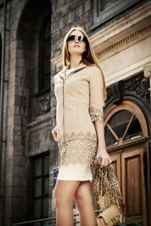 moda ropa: Hermosa mujer de moda caminar en la calle de la ciudad. Al aire libre empresaria elegante.