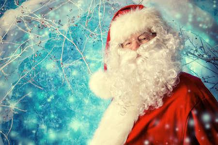 papa noel: Retrato de Papá Noel en un bosque mágico de invierno. Tiempo de Navidad.
