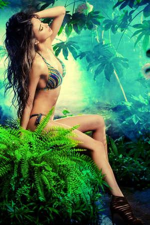 calor: Portrit de cuerpo entero de una mujer atractiva en bikini entre las plantas tropicales. Belleza, la moda. Spa, cuidado de la salud. Vacaciones tropicales.