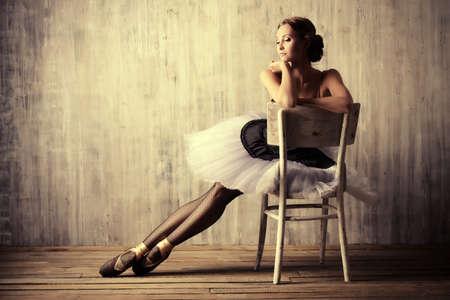 bailarina de ballet: Bailarina de ballet profesional descansando después de la actuación. Concepto del arte.
