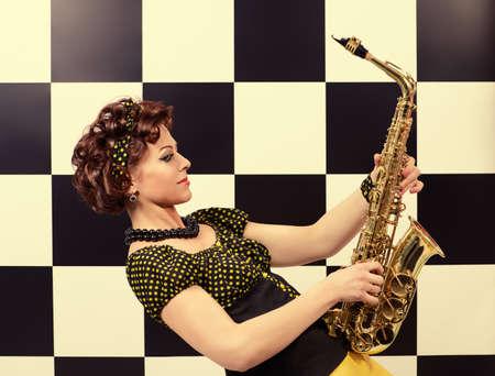saxof�n: saxofonista en estilo retro. m�sico profesional. Generaci�n de golpe. Foto de archivo