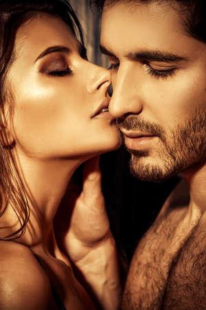 parejas sensuales: Primer plano retrato de un pueblo joven y apasionado en el amor. Foto de archivo