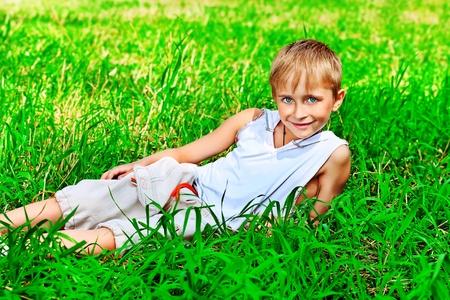 educacion gratis: Retrato de un lindo ni�o al aire libre.
