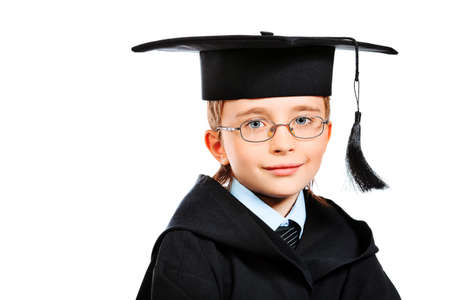 robe de graduation: Portrait d'un mignon petit gar�on en robe de graduation. Education. Isol� sur blanc.
