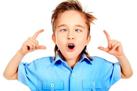 making faces: Ritratto di un bambino di 8 anni facendo smorfie. Isolato su sfondo bianco. Archivio Fotografico