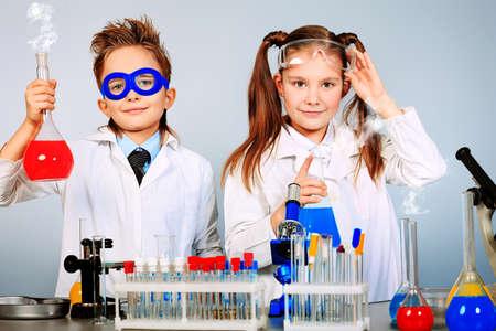 experimento: Dos ni�os haciendo experimentos cient�ficos. Educaci�n.
