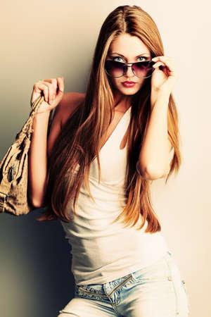 modellini: Attraente giovane donna in posa vicino al muro.