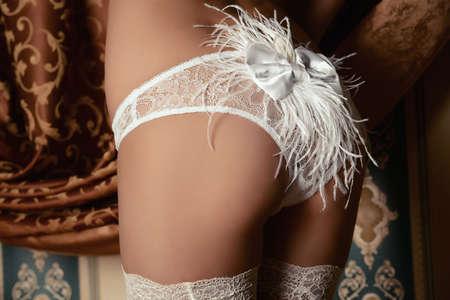 mujer desnuda de espalda: Atractivo seductora mujer joven en ropa interior blanca sexual.