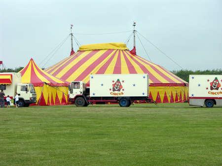Circus achtergrond met veel groen. Stockfoto