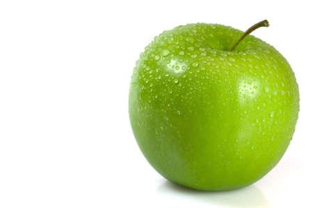 manzana agua: Verde manzana cubiertos en gotas de agua aisladas sobre un fondo blanco