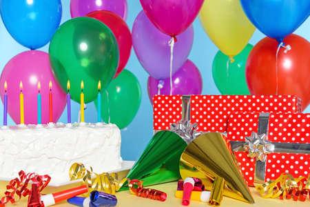 fiesta de cumpleaos bodegn con pastel globos regalos serpentinas y sombreros foto