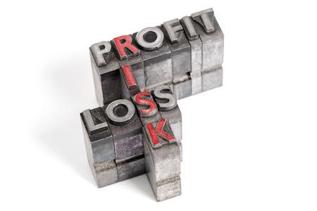 perdidas y ganancias: Las palabras de beneficio, p�rdida y el riesgo en los antiguos bloques de tipograf�a de metal aislado en un fondo blanco.
