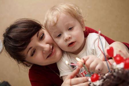 blow out: La madre e suo figlio colpo le candele  Archivio Fotografico