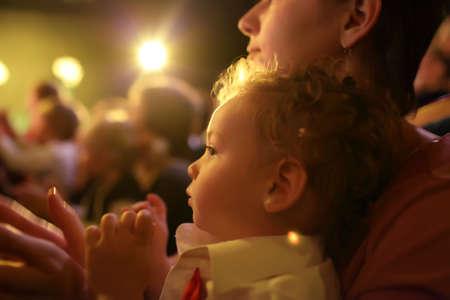 mujer hijos: Ni�o con el tiempo disfrutando de la madre en el teatro Foto de archivo
