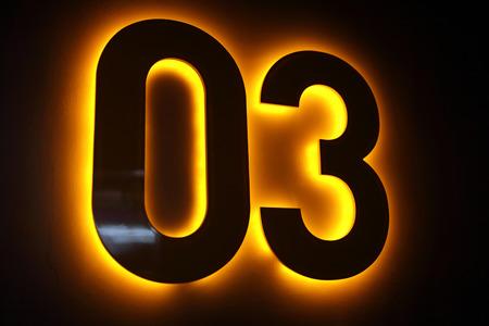 Ordinal: Anzahl null und drei auf einer Wand