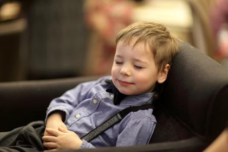 ni�o durmiendo: Retrato de un ni�o en el sof�