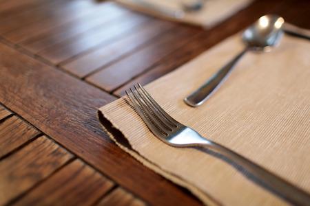 servilleta de papel: Tenedor y cuchara en la servilleta en el restaurante Foto de archivo