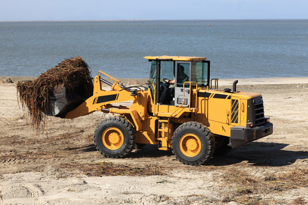 azov: Tractor cleans the beach after the storm
