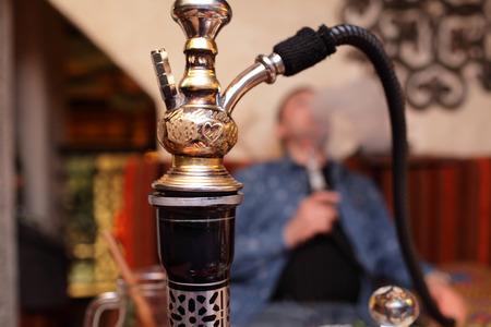 persona fumando: Persona nargile fumar en el restaurante asi�tico