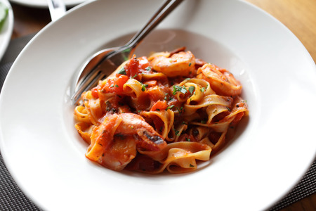 salsa de tomate: Fettuccine en salsa de tomate con camarones y tomates