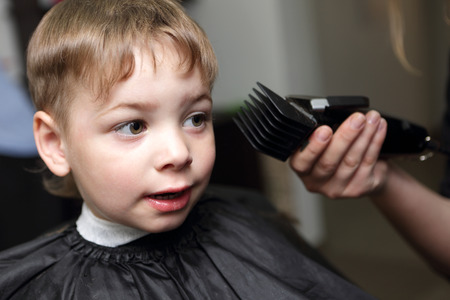 coiffeur: Enfant se couper les cheveux au salon de coiffure