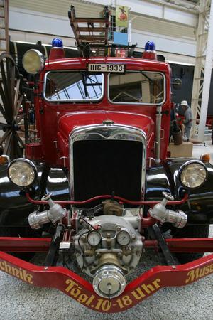 coche de bomberos: Viejo cami�n de bomberos en un museo t�cnico
