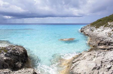 onbewoond: Rocky pittoreske kustlijn van Half Moon Cay onbewoond eiland de Bahamas