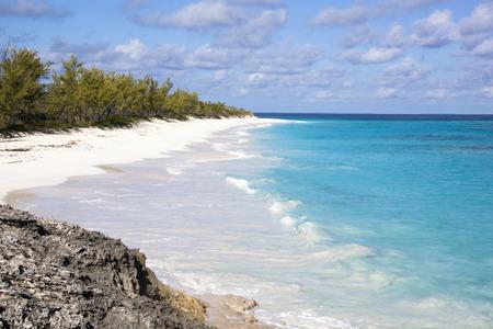 onbewoond: Het strand dat er geen voeten heeft markeert op een zand op onbewoond eiland Half Moon Cay van de Bahamas Stockfoto