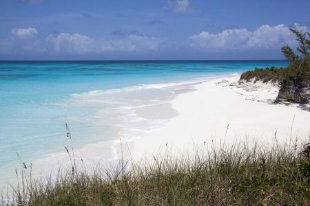 onbewoond: Het onbewoonde eiland strand dat er geen menselijke voeten heeft markeert op een zand (Half Moon Cay, de Bahamas). Stockfoto