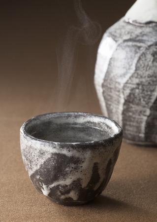 ollas de barro: Agua caliente en ollas de barro Foto de archivo