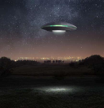 raumschiff: Alien Raumschiff schwebt abpve die Wiese Lizenzfreie Bilder