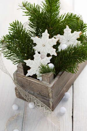 Fondant cubierto estrella cookies con forma de Navidad en la antigua caja de madera con abetos y una cinta  Foto de archivo - 4034197