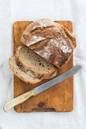 tranches de pain: Pain au levain rustique et un couteau