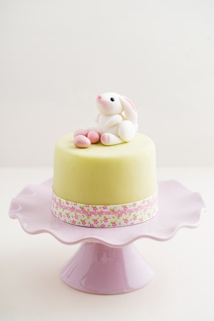 gumpaste: Easter cake with bunny and eggs made of fondant