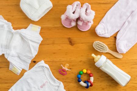 nacimiento bebe: Colecci�n de art�culos para beb�s dispar� desde arriba. Imagen de cabecera p�gina web h�roe Ideal o Foto de archivo