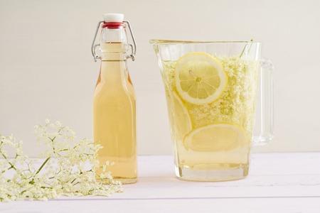 jarabe: Elderflowers, azúcar y rodajas de limón en una botella para hacer jarabe de flor de saúco
