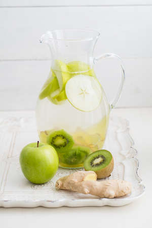 copa de agua: Infused water with apples, kiwi and ginger in a pitcher