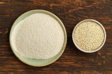flour: La harina de quinua y quinua en cuencos pequeños