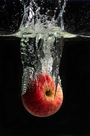 caida libre: Apple libre en el agua