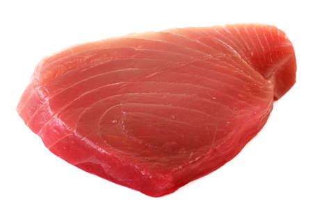 Filets van tonijn geïsoleerd op witte achtergrond