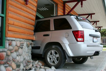 embarrassing: Car Crashes Through Wall