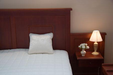 akademik: Sypialnia. Akademik. Pokój sypialny. Łóżko, poduszkę i światła. Night Stand. Nocnej szafce komoda.
